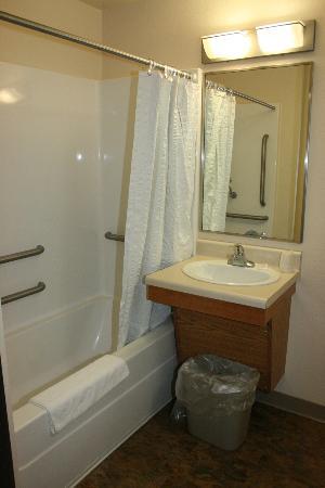 WoodSpring Suites Shreveport Airport : bathroom