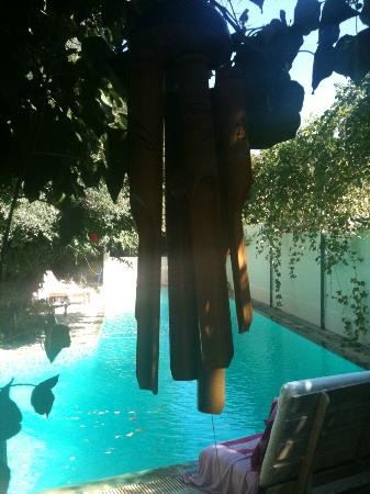 Paiania, Yunani: Wind Chimes over the pool