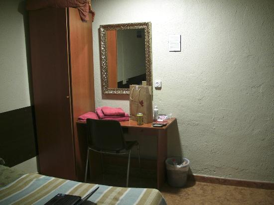Hostal Paris: room
