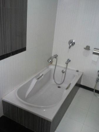 Hotel President: Nice bath tub 
