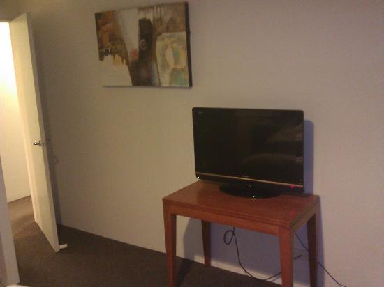 Park Regis Griffin Suites : TV in bed room