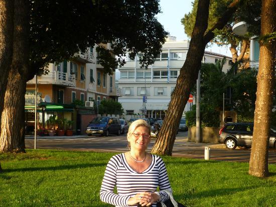 Hotel Genova: L'hotel è quello binaco sullo sfondo della foto