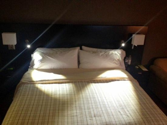Four Points by Sheraton Milwaukee North Shore : Bed with reading lights visible