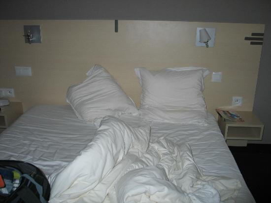 Inter-Hotel Beuzeville Honfleur Spa : Notre lit, confortable avec une lampe de chevet cassée