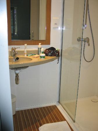 Inter-Hotel Beuzeville Honfleur Spa : La salle de bain avec douche, formidable!