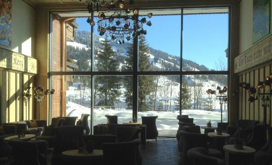 Wellness & Spa Hotel Ermitage: Hotellobby mit Aussicht übers Saanenland
