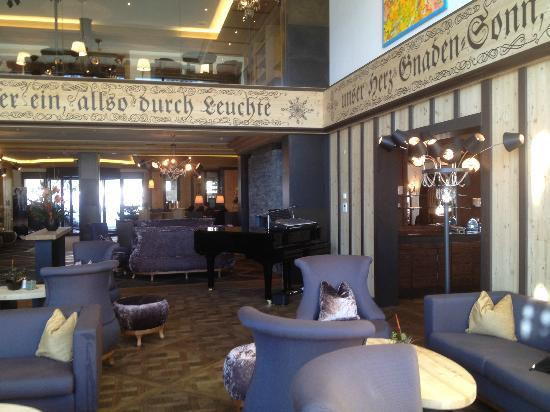 Wellness & Spa Hotel Ermitage: Hotel-Lobby mit Pianobar