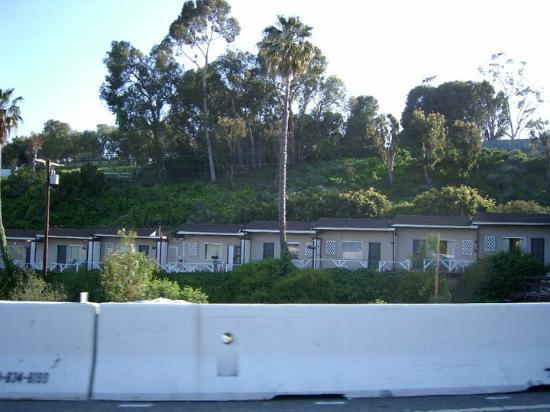 Malibu Riviera Motel: Von der Strasse,Zimmereingang auf der anderen Seite