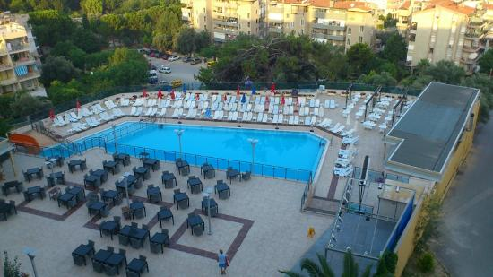 Hotel Goldenday Wings: Early morning view of pool and dining area