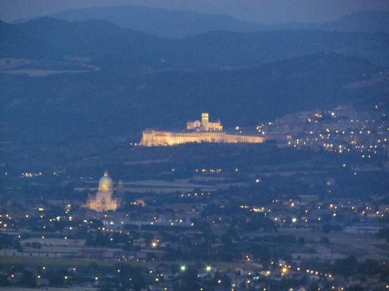 Il Poggio degli Olivi: Questa è Assisi vista dalla terrazza del ristorante...