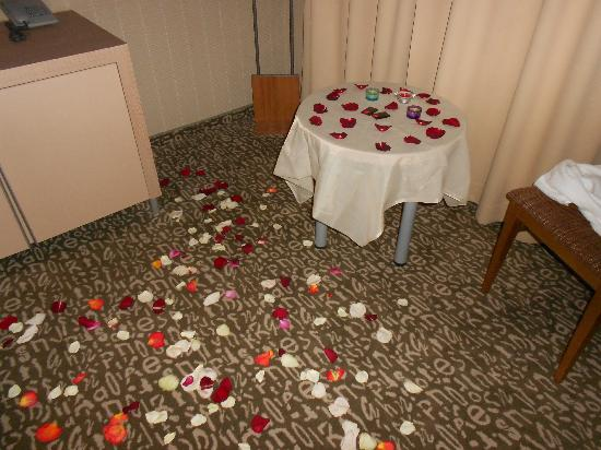 Algirdas City Hotels : room with flower decoration