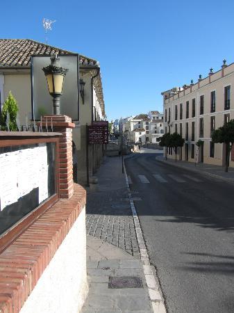 Hotel El Poeta de Ronda: Calle Armiñan a un lado del hotel, al fondo Puente Nuevo