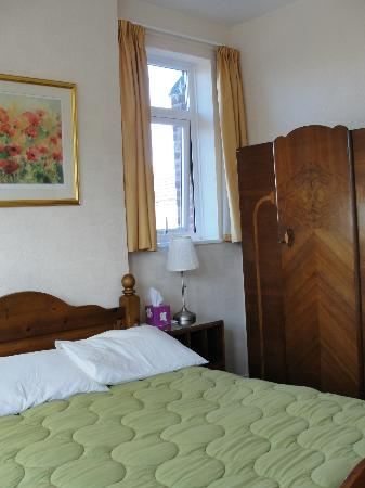 Amberley Guest House: Bed and standing wardrobe