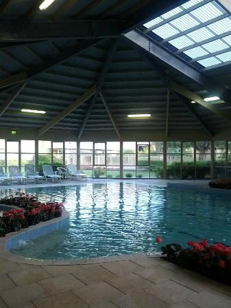 Abbey Beach Resort: Indoor heated pool and spa