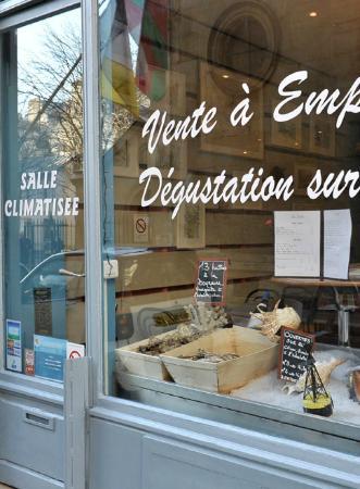 Huîtres et Saumons de Passy : La vitrine du restaurant