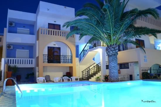 Esplanade Hotel Apartments: Interior del Apart desde la piscina