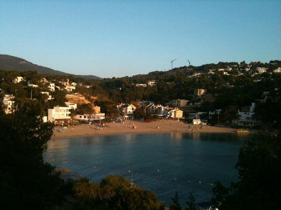 Cala Vadella, إسبانيا: La spiaggia di fronte all'Hotel 