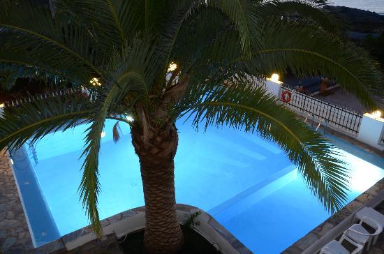 Esplanade Hotel Apartments: La piscina desde el primer piso