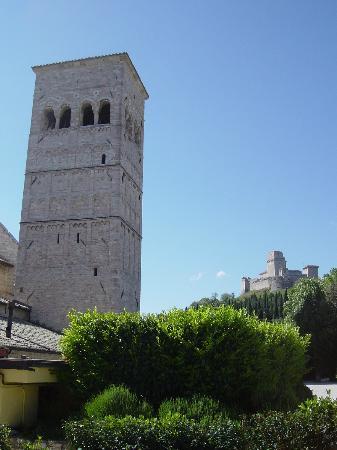"""Appartamenti vacanze il Turrione: La Rocca e la torre di San Rufino viste dal """"nostro"""" giardino"""