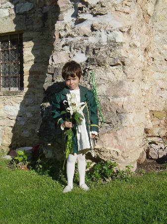 Appartamenti vacanze il Turrione: Vestito per il Calendimaggio, sullo sfondo muro romano in giardino