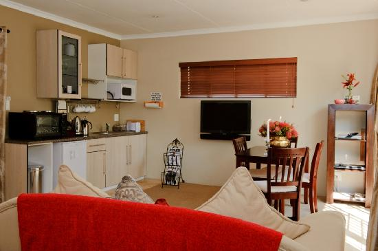 Liz at Lancaster Guesthouse: Living area of the Coral studio flatlet