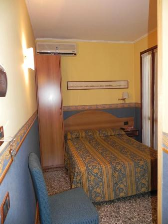 Antica Villa Graziella: Room - bed and door to balcony