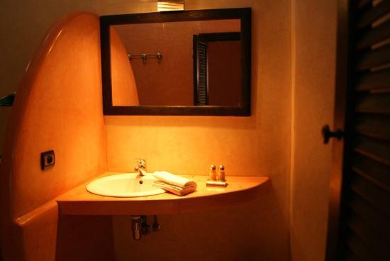 Riad L'Orchidee: Salle de bains chambre Fuchsia