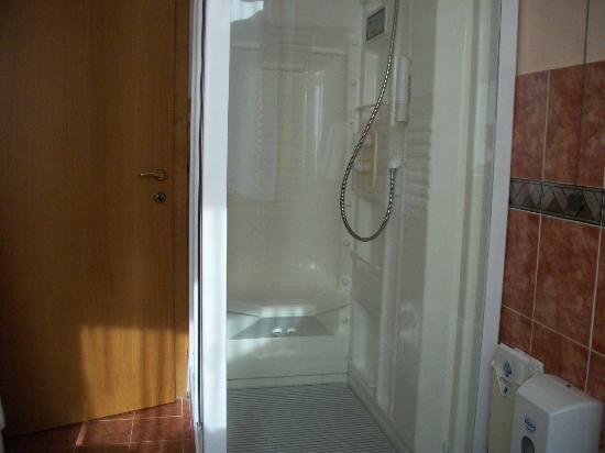 Hotel Astra : doccia con idromassaggio