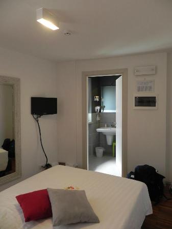 Albergo al Vecchio Tram: Room - view of tv and bathroom