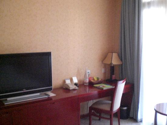 広電国際酒店, 部屋の備品は欧米チェーンホテル並みで、清掃もされています。椅子の匂いを飛ばすために、窓辺で陽にあてました