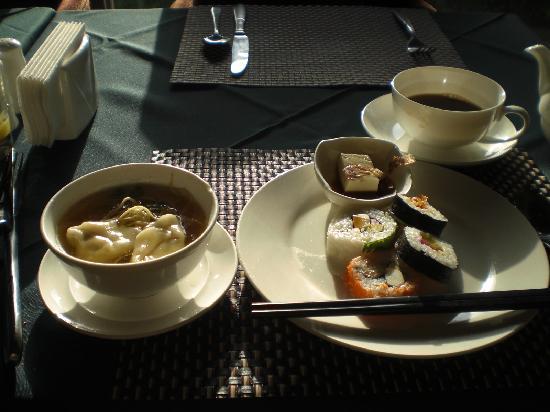 Merchantel Hotel: 巻き寿司、冷奴、ワンタンスープなども選択可能