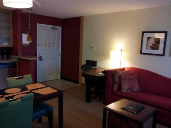 Residence Inn Moline Quad Cities: Living area