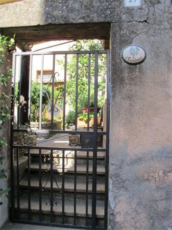 B&B Il Sambuco: Garden from the street