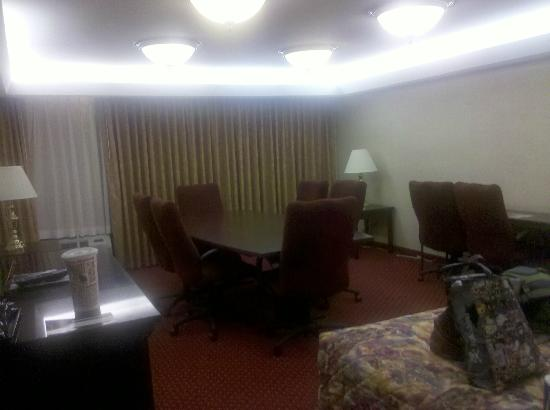 Drury Inn & Suites Champaign: Yes, I am actually serious. I had a board table and chairs with board room lighting in front of