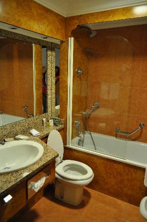 Hilton Giardini Naxos: Il bagno