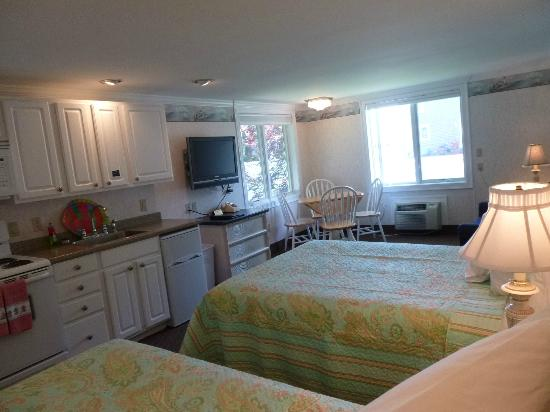Falmouth Heights Motor Lodge : Kitchenette