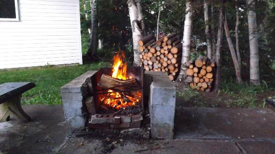 Lucas House Bed & Breakfast: firepit