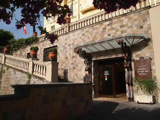 Antiche Mura Hotel: The entrance of the hotel