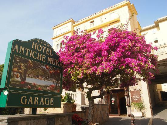 Antiche Mura Hotel : The entrance of the hotel