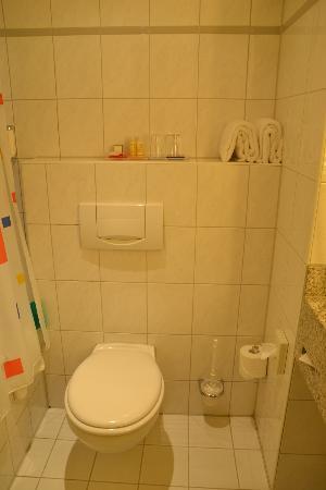 Park Inn by Radisson Koeln City West: toilet