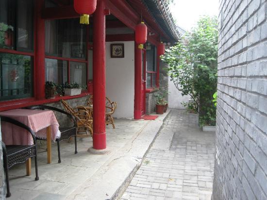 Beijing 161 Lama Temple Courtyard Hotel : Heading toward the back courtyard