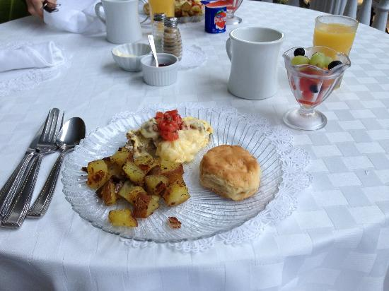 Forsyth Park Inn: Breakfast w/ AWESOME biscuits
