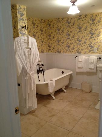 Forsyth Park Inn: Bathroom Room #11 (note, no shower, just tub)