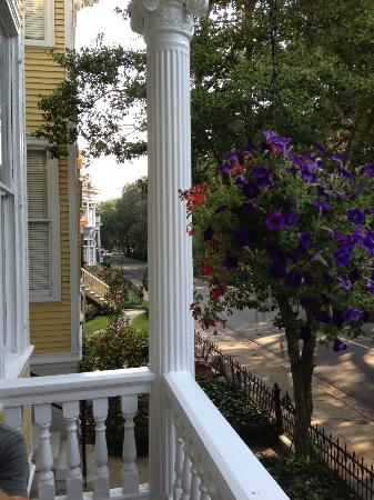 Forsyth Park Inn: Deep front porch overlooking Whitaker St and Forsyth Park.