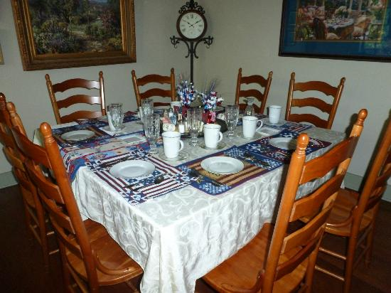 Rock Cottage Gardens Bed & Breakfast Inn: the breakfast table setting