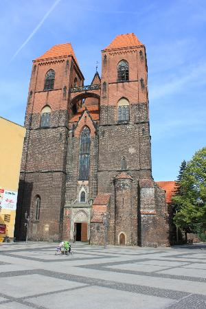 Brzeg, Polandia: church from the square