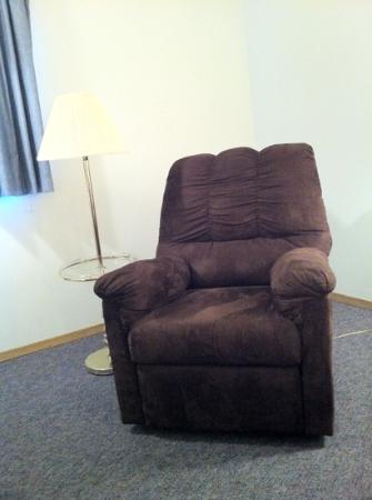 Quality Inn & Suites Pacific - Auburn: 80s looking chair & lamp