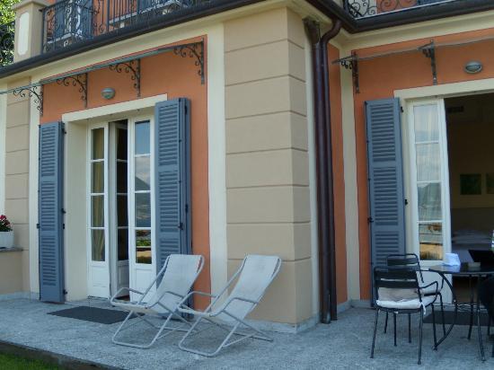 Hotel Residence La Luna Nel Porto: Las dos salidas de la habiltación a la terraza/jardín privados.