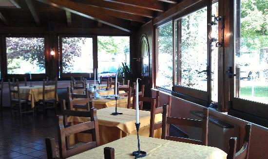 Hotel Il Bucaneve: sala colazione molto luminosa con bella vista dei monti