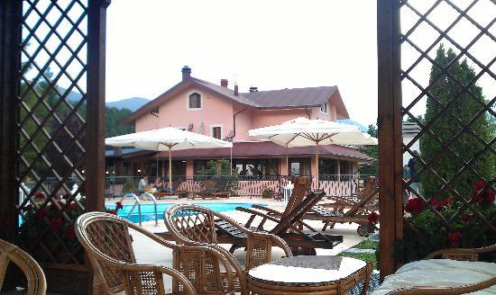 Hotel Il Bucaneve: l'albergo visto dal gazebo della piscina